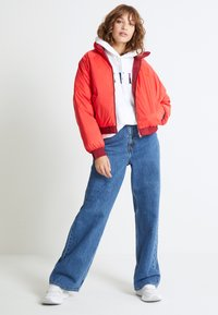 Levi's® - LYDIA REVERSIBLE PUFFER - Zimní bunda - poppy red - 1