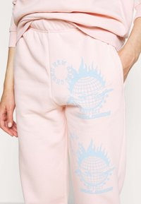 NEW girl ORDER - WORLDWIDE JOGGERS CO-ORD - Pantalones deportivos - pink - 3