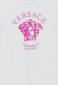 Versace - SHORT SLEEVES VIA GESU RUBBERIZED UNISEX - Print T-shirt - white/fuchsia - 2