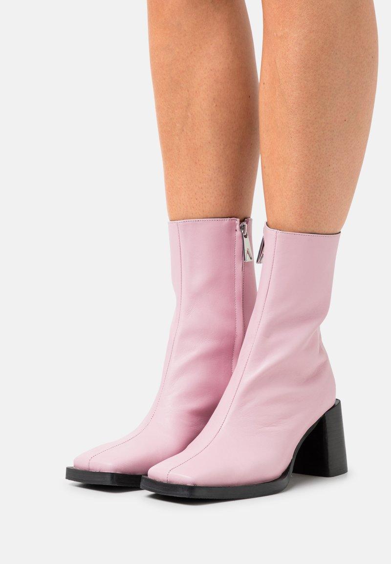 ASRA - HOLLY - Korte laarzen - feeling pink