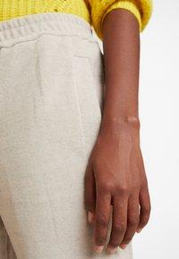 And Less - HAINA PANTS - Kalhoty - white alyssum - 5
