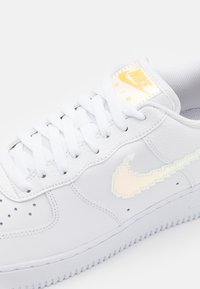 Nike Sportswear - AIR FORCE 1 '07 LV8 - Sneakersy niskie - white/multicolor/black - 7