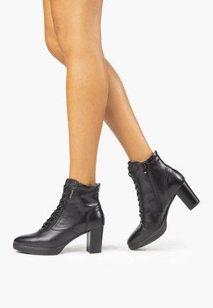 I013002D - Šněrovací kotníkové boty - black