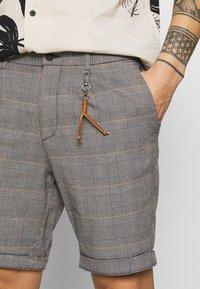 Jack & Jones PREMIUM - JJIMILTON - Shorts - orange pepper - 4