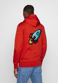 Bricktown - HOODIE SPACE IS THE FUTURE - Sweat à capuche - red - 2