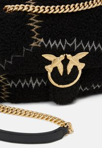 Pinko - LOVE CLASSIC PUFF FURRY CLECOMONTONE RICAMO PATCH - Across body bag - black - 4