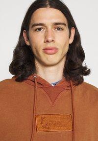 Karl Kani - SMALL SIGNATURE BOX WASHED HOODIE UNISEX - Sweatshirt - dark orange - 3