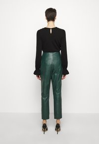 Alberta Ferretti - LEATHERPIECES TROUSERS - Trousers - green - 2