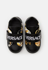 Versace - UNISEX - Baskets basses - black/gold/white - 3