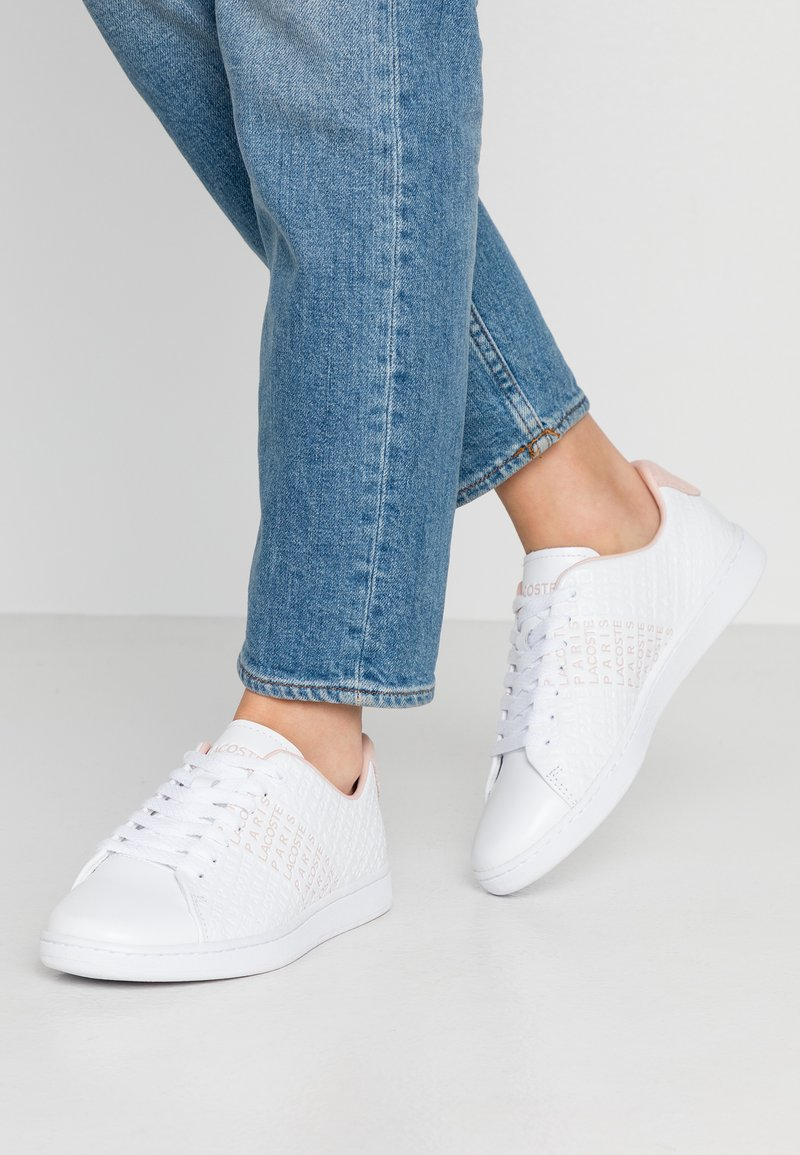 Lacoste - CARNABY  - Sneakersy niskie - white/nat