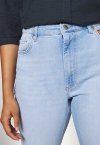 ONLY Carmakoma - CARENEDA LIFE MOM BABY  - Jeans relaxed fit - light blue denim - 3