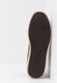Skechers - HESTON - Sneaker high - dark brown - 4
