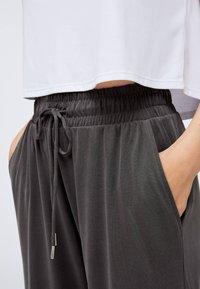 OYSHO - Pantaloni sportivi - dark grey - 3