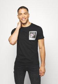 Guess - CLIP TEE - Print T-shirt - jet black - 0