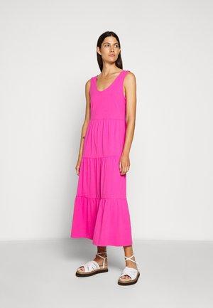 BROKEN IN TIERED - Sukienka z dżerseju - brilliant sunset
