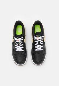 Nike Sportswear - FORCE 1 LV8 M2Z2 BP UNISEX - Baskets basses - black/solar flare/white/black - 3