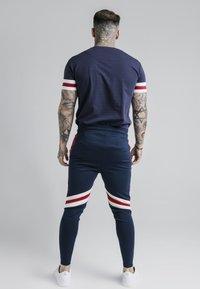 SIKSILK - RETRO TOURNAMENT TEE - T-shirt - bas - navy/red/off white - 2