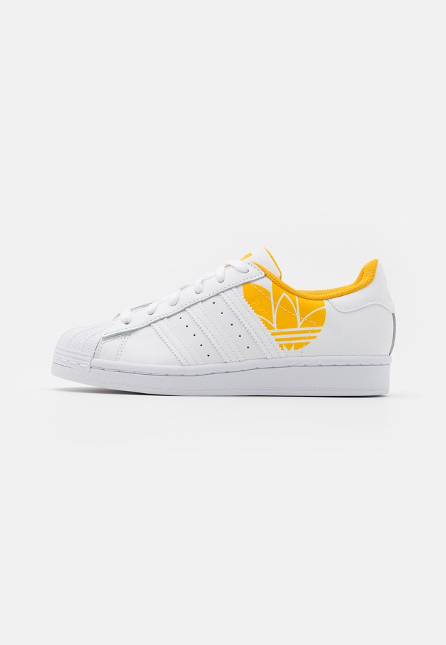 SUPERSTAR SPORTS INSPIRED SHOES UNISEX - Matalavartiset tennarit - footwear white/active gold