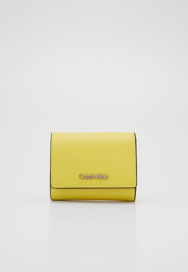 MUST TRIFOLD - Peněženka - yellow