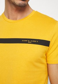 Pier One - T-shirt con stampa - yellow - 4
