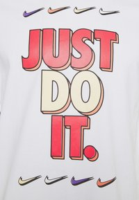 Nike Sportswear - TEE - T-shirt con stampa - white - 5