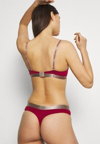 Calvin Klein Underwear - ICONIC THONG - String - red - 2