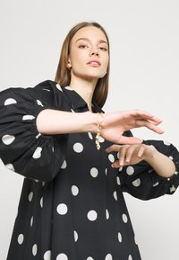 EDITED - THANYA DRESS - Day dress - bold dot/black - 3