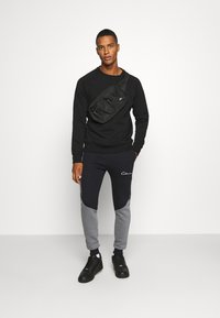 CLOSURE London - CONTRAST JOGGER WITH TAPING - Träningsbyxor - black
