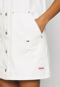 Tommy Jeans - SHORT DUNGAREE SNAP DRESS - Denim dress - work white rigid - 5