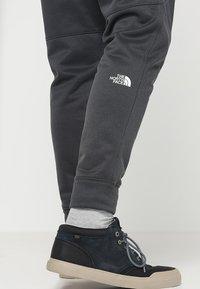 The North Face - MENS SURGENT CUFFED PANT - Träningsbyxor - dark grey heather - 3