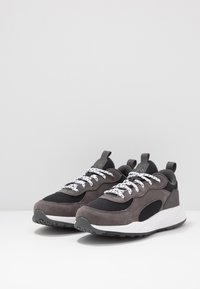 Columbia - YOUTH PIVOT - Sports shoes - black/white - 3