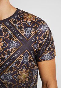 CLOSURE London - BAROQUE TILE PRINT FADE TEE - Print T-shirt - black - 5