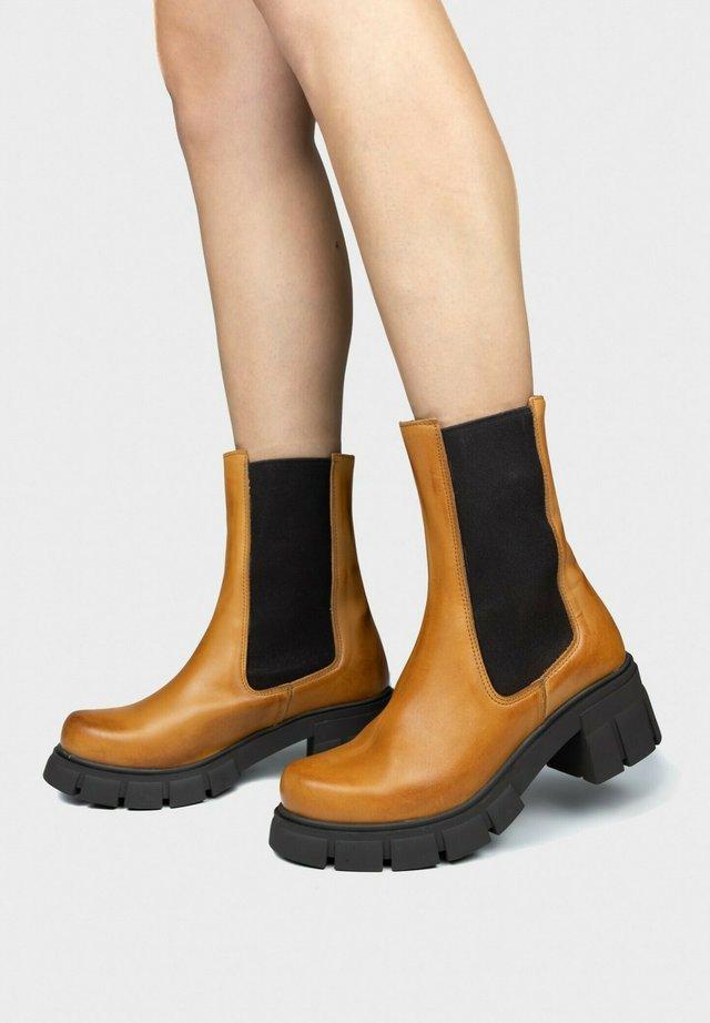 BOTTE CHELSEA - Platform ankle boots - coñac