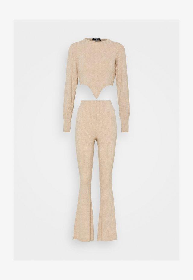 TIE FRONT BALLOON SLEEVE AND KICKFLARE TROUSER SET - Pantalon classique - beige