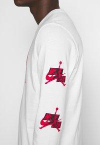 Jordan - CLASSICS CREW - Top sdlouhým rukávem - white/gym red - 5