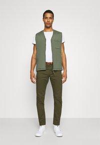 Scotch & Soda - NEW BELTED  - Chino kalhoty - military - 1