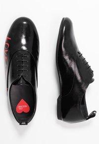 Love Moschino - LOGO PRINT - Šněrovací boty - black - 3
