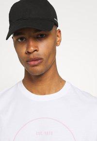 Levi's® - FIT TEE - Print T-shirt - neutrals - 4