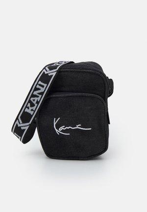 SIGNATURE MOON WASH TAPE MESSENGER BAG UNISEX - Across body bag - black