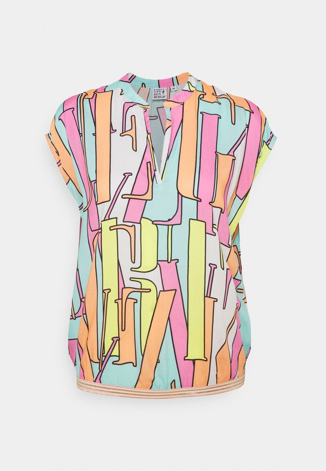 T-shirt con stampa - multicolour