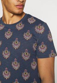 Jack & Jones PREMIUM - JPRRYDER TEE  - Print T-shirt - ombre blue - 5