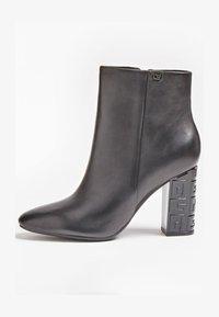 Guess - LARIAH - Korte laarzen - schwarz - 0