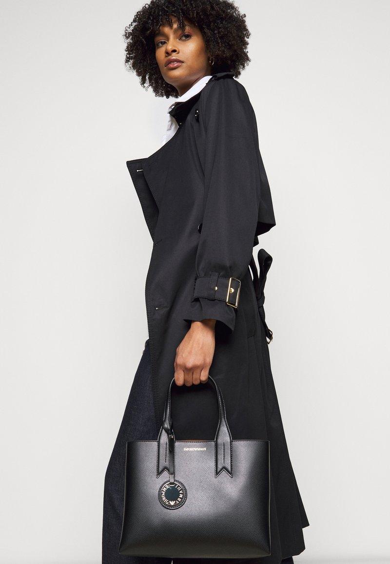 Emporio Armani - FRIDATOTE BAG - Handbag - nero/tabacco