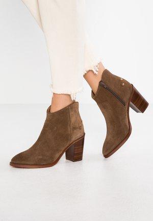 DECAPOLIS - Ankle boots - noisette