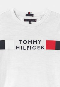 Tommy Hilfiger - GLOBAL STRIPE - Triko s potiskem - white - 2
