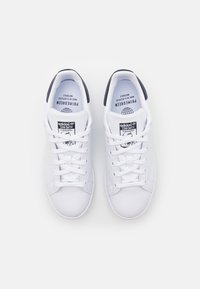 adidas Originals - SUSTAINABLE STAN SMITH UNISEX - Baskets basses - footwear white/collegiate navy - 3
