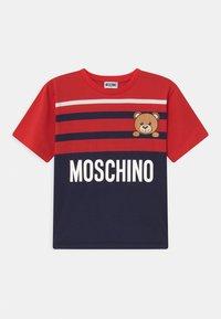 MOSCHINO - MAXI UNISEX - Print T-shirt - poppy red/blue navy - 0