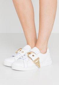 Versace Jeans Couture - Matalavartiset tennarit - bianco ottico - 0