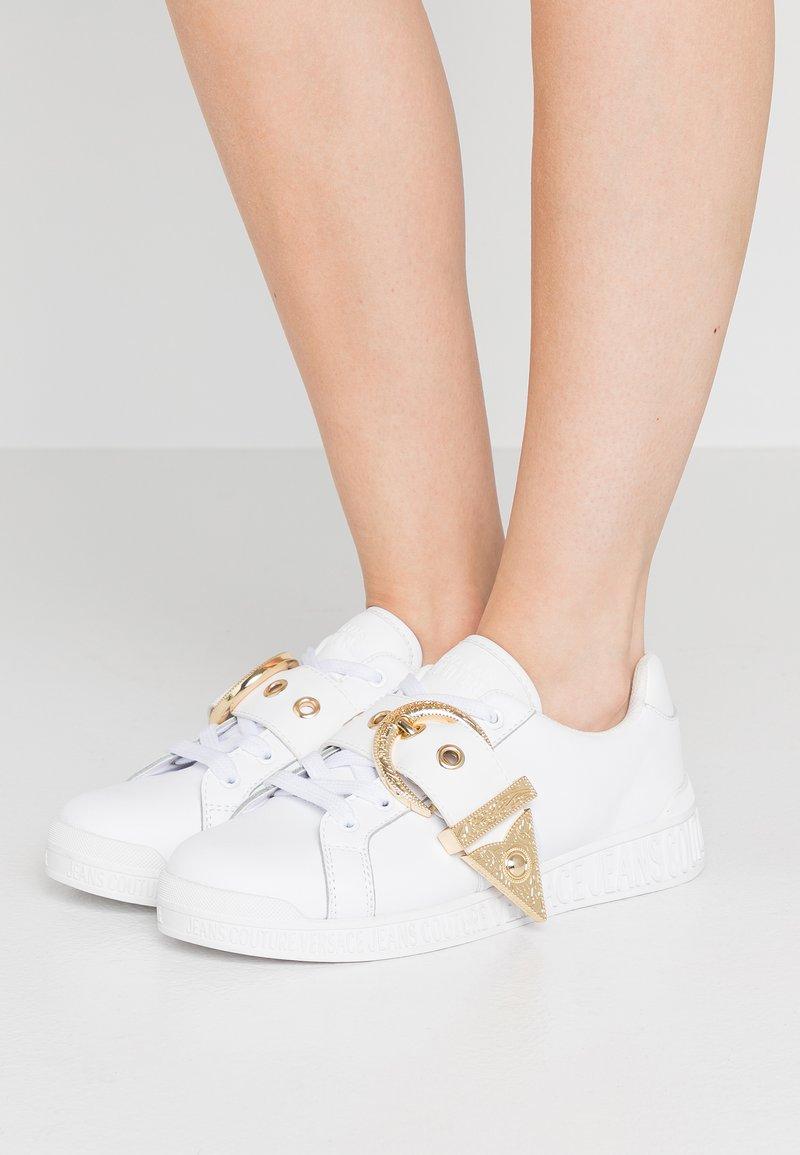 Versace Jeans Couture - Matalavartiset tennarit - bianco ottico
