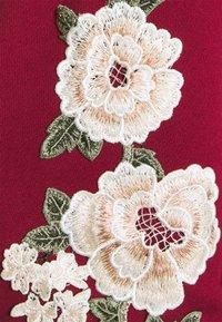 SIKSILK - FLORAL OVERHEAD HOODIE - Jersey con capucha - burgundy - 2